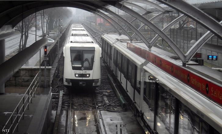 A Budapesti Közlekedési Központ (BKK) 2-es metróvonalán közlekedő egyik Alstom Metropol szerelvény az Örs vezér terei végállomásáról a Pillangó utcai megállója felé tart, csökkentett sebességgel