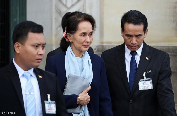 Aung Szan Szú Kji (k) az ENSZ Nemzetközi Bíróságának szerdai meghallgatása után