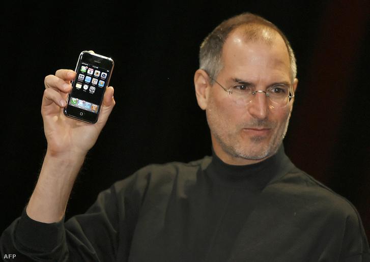 Steve Jobs az első iPhone bemutatóján 2007. január 9-én San Franciscóban