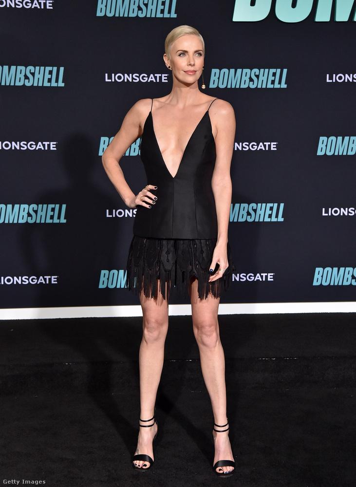 Charlize Theron sem huszonéves már (hanem 44), de ő vállalta be az est legszexibb öltözékét, egy merészen kivágott kis fekete ruhában ment el megnézni a saját filmjét.