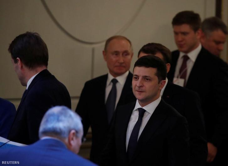 Zelenszkij és a háttérben Putyin érkezik a találkozóra