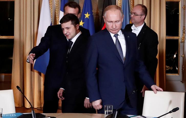 Putyin (jobbra) és Zelenszkij a találkozón