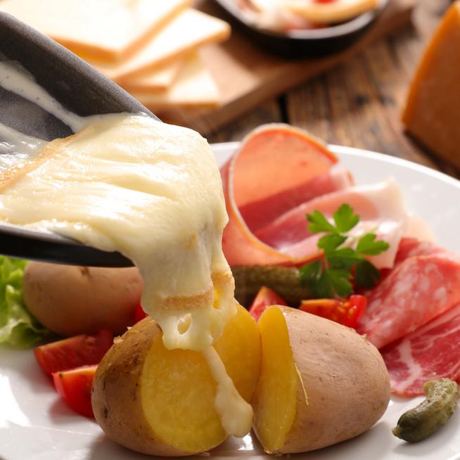 A forró, olvadt sajt a legzordabb téli estéket is felmelegíti - A raclette ilyenkor szinte kötelező