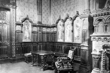 A termet Árpád-házi királyokat és szenteket ábrázoló Zsolnay-pirogránit képek díszítették
