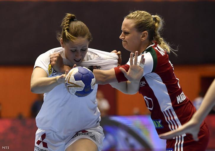 Az osztrák Johanna Schindler (b) és Klivinyi Kinga a Magyarország - Ausztria női kézilabda világbajnoki selejtező mérkőzésen Zalaegerszegen 2019. június 6-án.