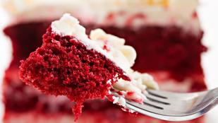 Egy gyönyörű édesség az asztalon –- vörös bársony torta fehér csokival és erdeigyümölcs-raguval