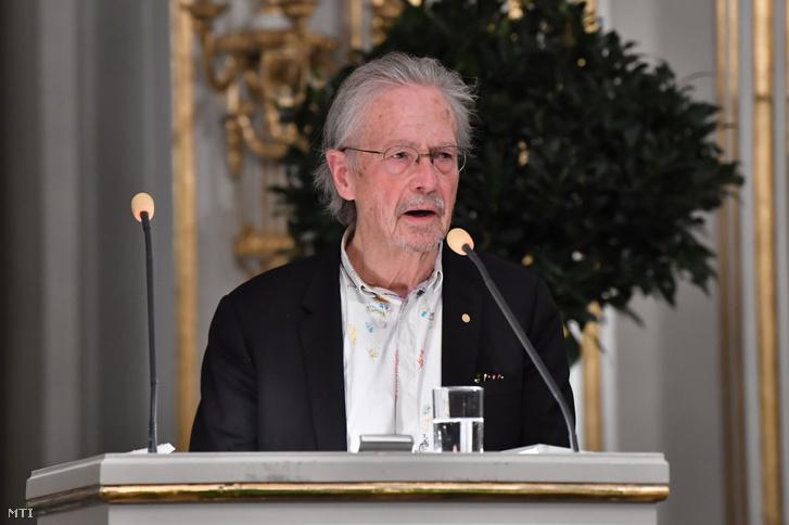 Peter Handke osztrák író a 2019-es irodalmi Nobel-díj nyertese a kitüntetéssel kapcsolatos előadását tartja a stockholmi Svéd Akadémián 2019. december 8-án.