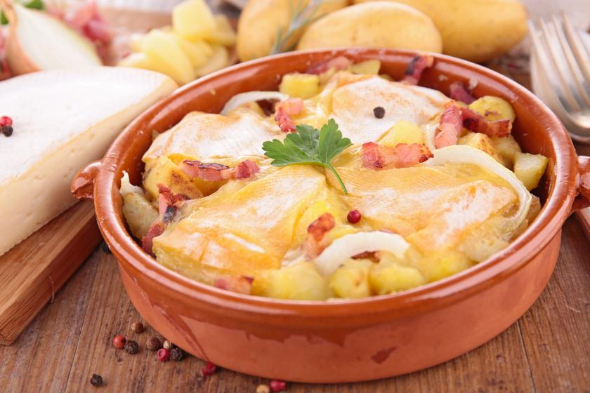 Hegyvidéki rakott krumpli dupla adag sajttal és sok hagymával: egy adagtól jóllaksz