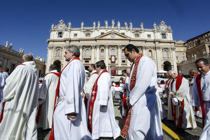 Egyházi személyek a Szent Péter téren tartott ünnepi szentmisén