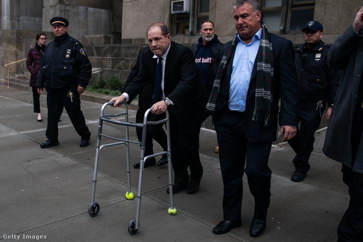 Harvey Weinstein távozik a bírósági meghallgatásáról New Yorkban 2019. december 11-én
