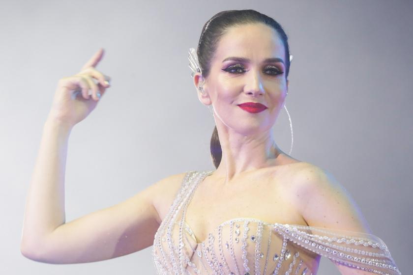 Natalia Oreiro napjainkban is ünnepelt sztár, ez a kép oroszországi turnéján készült róla, jó pár évet letagadhat a 44 éves csillag.