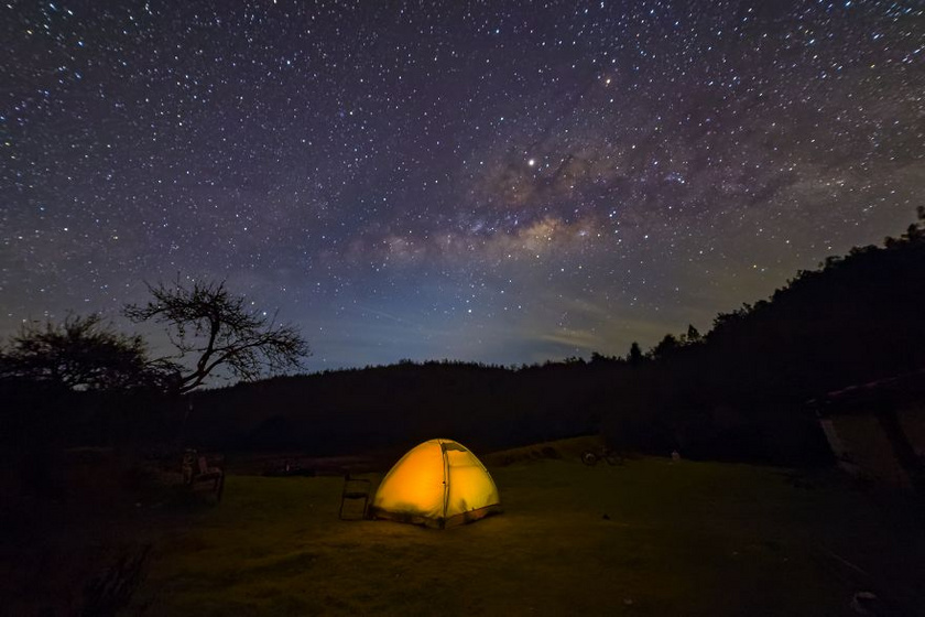 A kép Dél-Indiában készült, címe: Sátrazás a csillagok alatt.