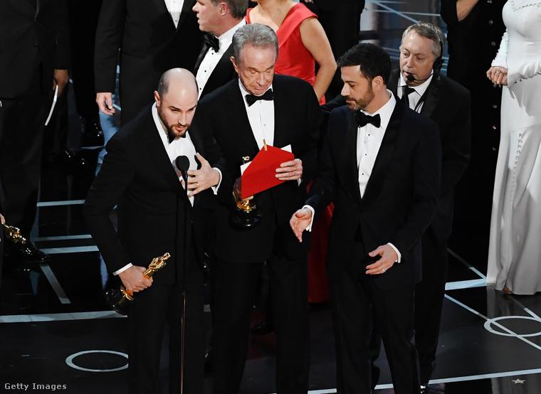 A nem magyarok számára azonban valószínűleg elsősorban a gála végén bekövetkezett oltári baki miatt marad emlékezetes a 2017-es Oscar-kiosztó: Warren Beattynek kellett volna beolvasni a győztest, de rossz cédulát adtak neki, ezért mondta, hogy a Kaliforniai álom nyert
