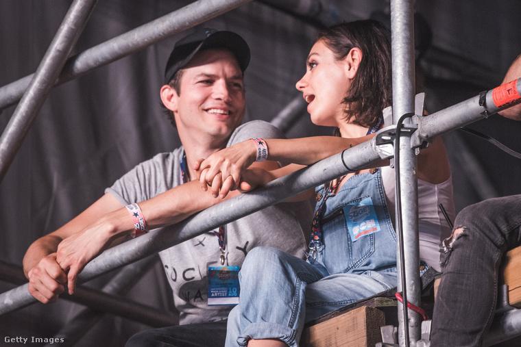 Figyelje csak Ashton Kutcher és Mila Kunis karszalagjait! Igen, a 2017-es Sziget fesztiválon vannak éppen, ami mellesleg a 25