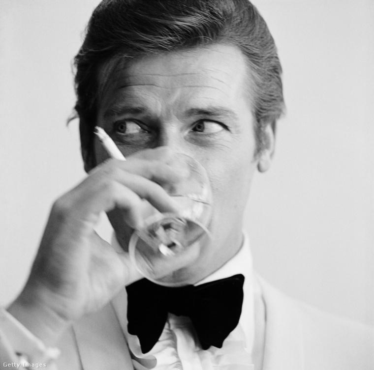És befejezésként egy dia 2017 leghíresebb külföldi elhunytjairól is, mindössze névsorral: John Hurt, Chris Cornell, Martin Landau, Hugh Hefner, Tom Petty, Charles Manson, valamint a képen látható Roger Moore, aki 7 filmben alakította James Bond figuráját a '70-es és '80-as években