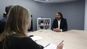 Deutsch: Fekete öves sorosisták ülnek a Bizottságban