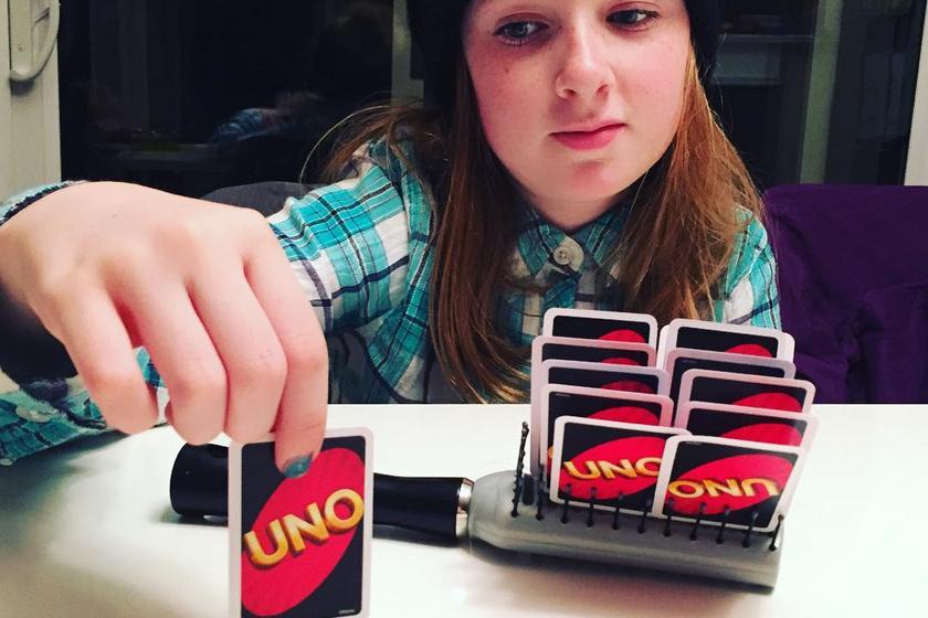 Ez a kislány mindenki számára kitalálta a tökéletes megoldást, akik unják tartani játék közben a kártyalapokat.