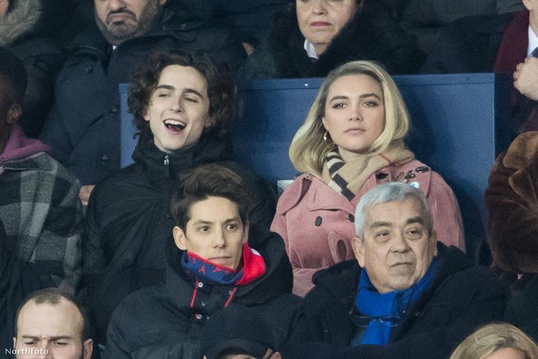 Timothée Chalamet nagyon élvezi a meccset, a mellette látható nő viszont lélekben mintha valahol nagyon messze járna.