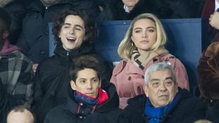 Timothée Chalamet-ről és barátnőjéről elég mémgyanús képet lőttek egy meccsen