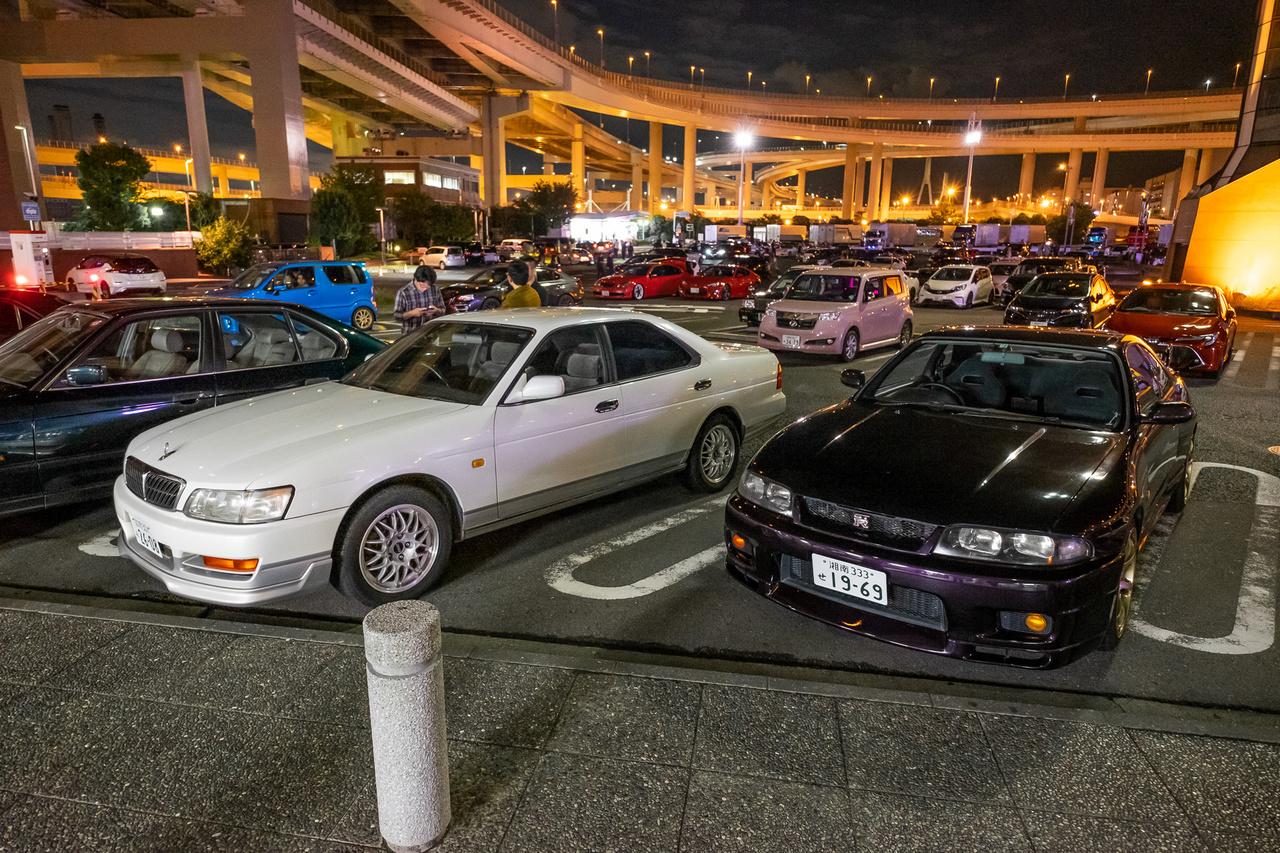 Hátul hajtósok: Niasan Cima és Skyline GT-R R33-as