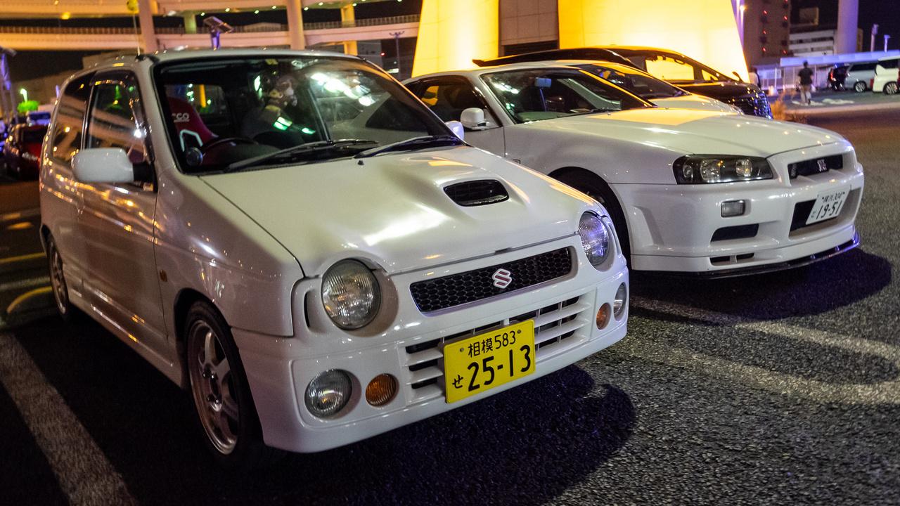 Melyik a dögösebb? Suzuki Alto Turbo és Skyline GT-R R34-es összeillő fehérben