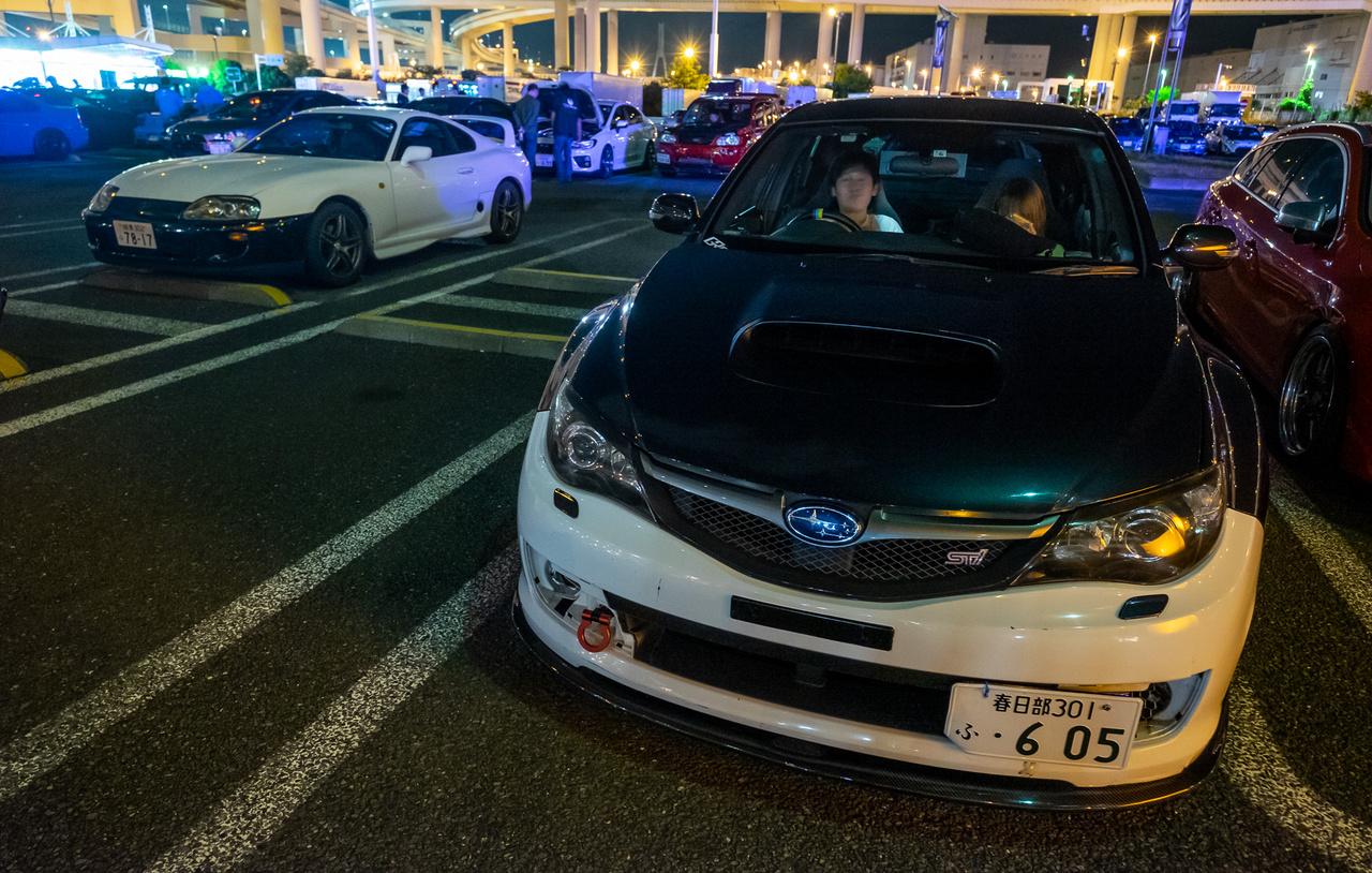 Gusztusos Subaru STi, a háttérben egy erősen termékfutár-festésű Supra