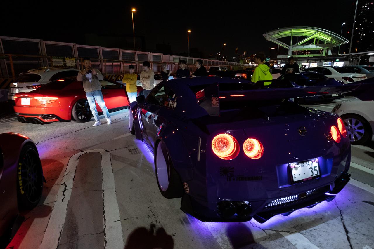 Teljes pompájában és strobóvilllogásában a Liberty Walk GT-R. Az a piros piszok ott egy Maserati?