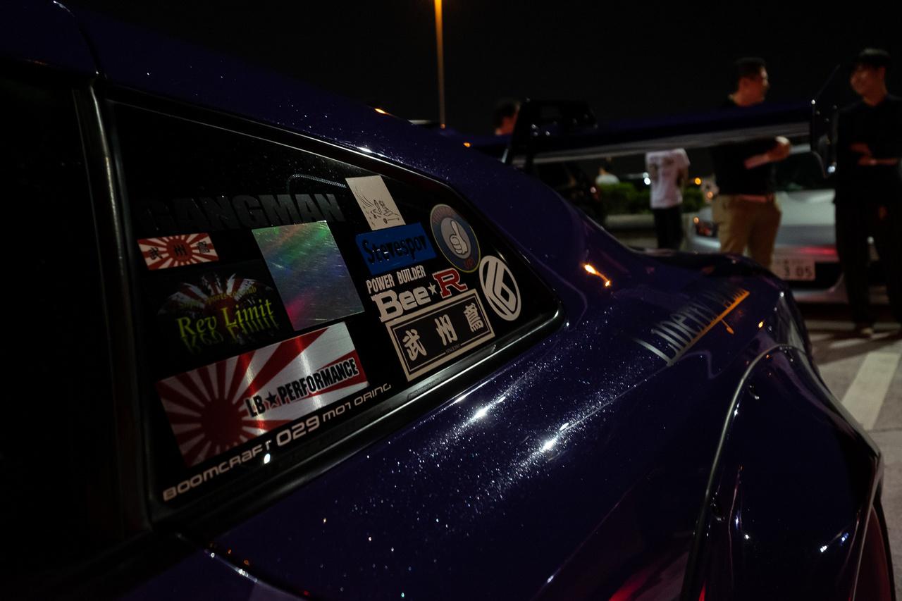 Ezen az autón a matricák is pénzt érnek. Amúgy a Liberty Walk-os GT-R ablakát látjuk
