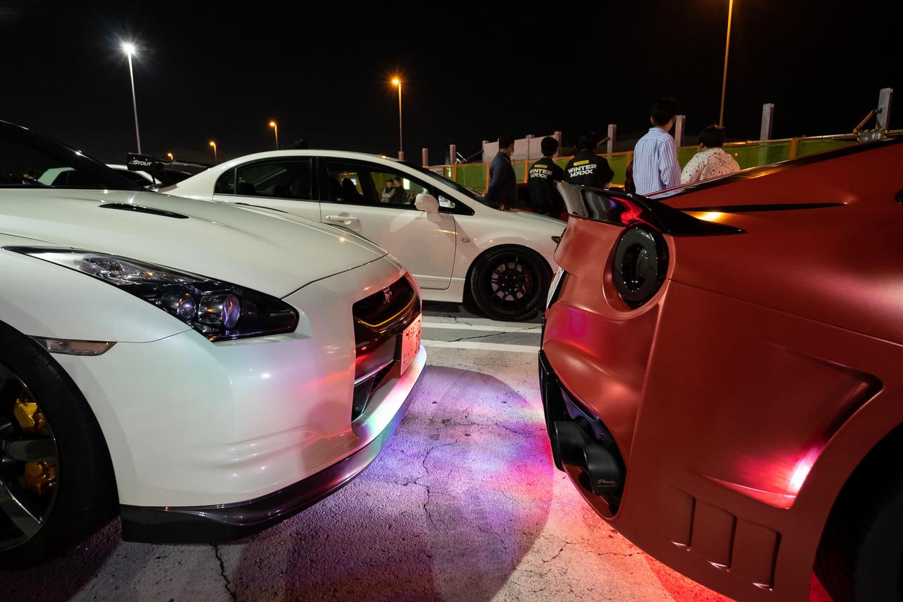 Honda  Civic bújik el egy Nissan és egy Ferka mögött