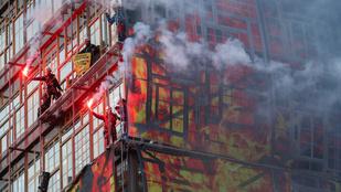 Uniós csúcs: jelképesen felgyújtották az EU Tanácsának épületét