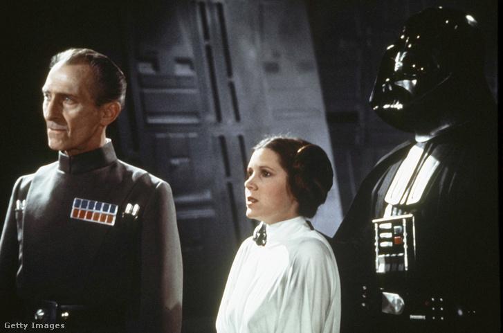 Peter Cushing volt az 1977-es Csillagok háborúja negatív főszereplője Darth Vader mellett. A magánéletben végtelenül kedves ember volt, akit nagyon kedveltek a fiatal színészek.