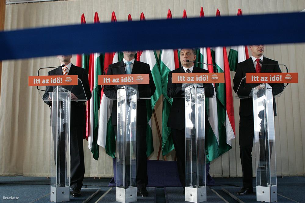 2010 április 29.                         Varga Mihály, Navracsics Tibor, Orbán Viktor és Szijjártó Péter részvételével nemzetközi sajtótájékoztatón jelentették be 2010 április 29-én, hogy megalakult az új kormány. A Miniszterelnökséget Varga Mihály államtitkárként vezette, Navracsics Tibor csúcsminiszter lett a kormány második embere, és ő lett a Közigazgatási és Igazságügyi Minisztérium vezetője. Szijjártó Péter a miniszterelnök szóvivõje lett. Az agyközpont, ahogy Orbán Viktor nevezte, ekkor indult az úgynevezett Nemzeti Együttműködés Rendszere. A kormányfő a sajtótájékoztatón azt mondta, sem rangkórság, sem kormányzati dáridó nem fér bele az új kormányzásba. Mondott még mást is: új alapokra kell helyezni az emberekkel és a nyilvánossággal az együttműködést.Azt mondta, a kormányfő nem főnöke az embereknek, hanem egy közösség választott tagja, és ennek megfelelően másképpen viszonyul majd az emberekhez és a sajtóhoz is. Ez lett a NER működésének alapja azóta.