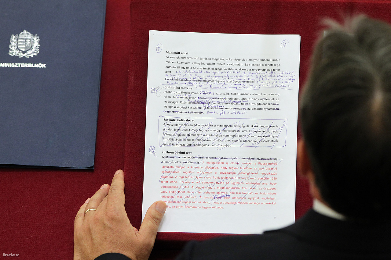 2011 Szeptember 12. - Lapunk és az Origo fotósait kitiltották a Parlamentből és a Képviselői Irodaházból, miután publikáltuk az Orbán Viktor beszéde kéziratáról készített fényképet. Az adatvédelmi biztos állásfoglalása szerint azonban nem ütközik a személyes adatok védelméről és a közérdekű adatok megismeréséről szóló törvény rendelkezéseibe a miniszterelnöki beszéd kéziratának lefotózása, illetve nyilvánosságra hozatala. >>. Kövér László házelnök azóta is előszeretettel tilt ki újságírókat a Parlamentből, és egyébként is minden eszközzel igyekszik  ellehetetleníteni   a nyilvánosság munkáját. Mára gyakorlatilag néhány négyzetméteren dolgozhatnak az újságírók a Parlamentben és a Képviselői Irodaházban.