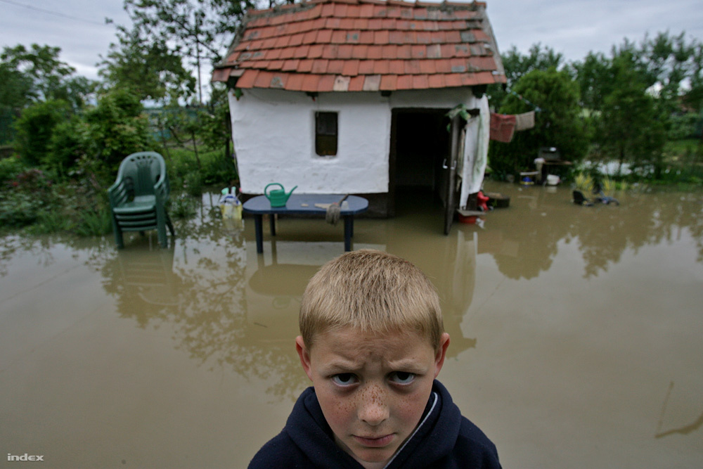 2010 május 19.                         Árvíz pusztított Észak-Magyarországon májusban, térdig érő patakok duzzadtak négy méter mély folyókká, a Bódva, a Hernád és a Sajó gátjain hetekig küzdöttek a hullámmal, volt, ahol hiába. Ez volt minden idők egyik legnagyobb magyarországi árvize, ami halálos áldozatokat is követelt.                                                   Az index cikke »