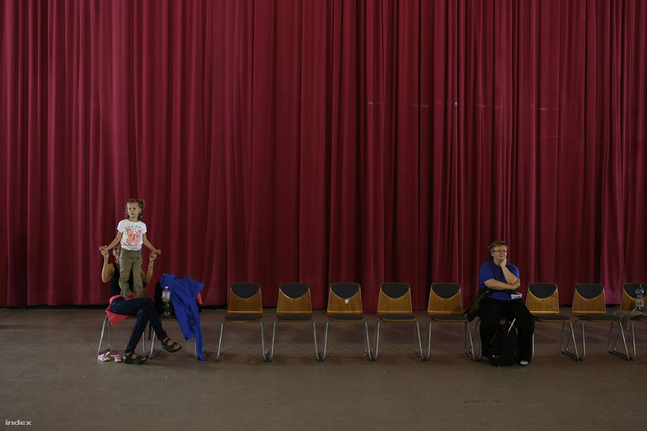 A Nemzeti Párválasztó rendezvénysorozaton találhatott magának társat rengeteg fiatal. Vagy nem. 2013-ban Pécsen volt a Szabad egy táncra? országos programsorozat első rendezvénye. Ezen csajozni és pasizni nemigen lehetett, hiába szántak rá munkatársaink időt, energiát. A Fidesz-kormány egyik állandó témája a heteroszexuális fiatalok kapcsolata, gyerekvállalásának előmozdítása. Ezeket  közvetlen anyagi támogatással és különféle - olykor naftalinszagú kezdeményezésekkel - próbálja elősegíteni.