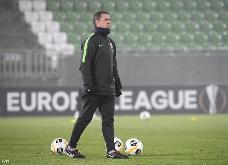 Szerhij Rebrov edző a razgradi stadionban a Ludogorec-Ferencváros-meccs előtt