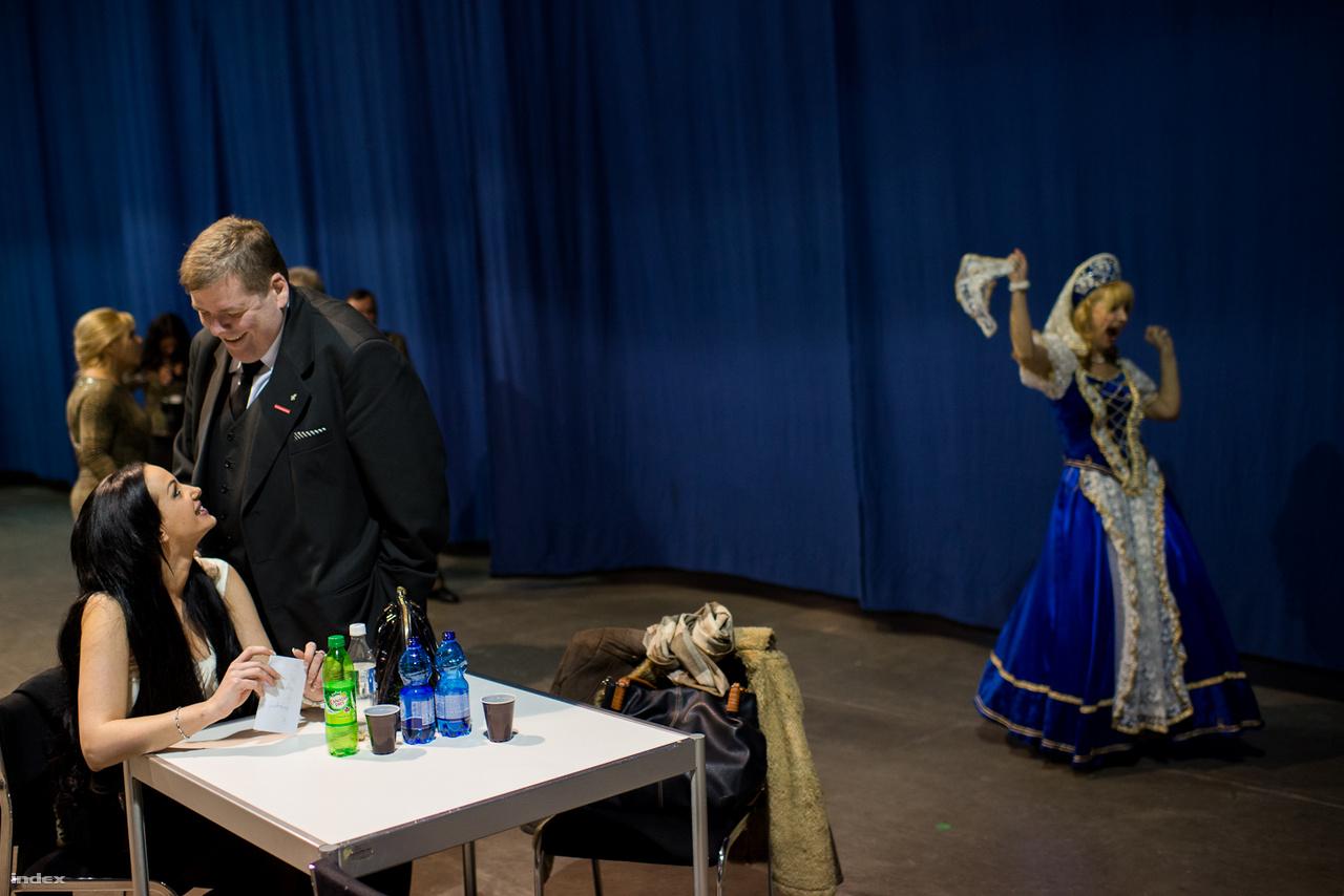 """2014-03-10 Scmuck Andor, politikai kalandor. A férfi nyugdíjasoknak, szépkorúaknak szervezett klubokon keresztül nyújt politikai támogatást a választások környékén a pártoknak. Magánéletéről a Wikipédián azt írja, """"2009 júniusában feleségül vette kedvesét, Krisztinát a Szent István-bazilikában, a vőlegény tanúja Korda György, a menyasszonyé Fodor Zsóka volt. Másfél év házasság után elváltak. 2019 szeptemberében elvette Hanák Esztert. Gyerekkora óta túlsúlyos, ami miatt már akkor is gúnyolódtak rajta, de ő elfogadta magát ilyennek, bár fogyókúra keretében egyszer 52 kilót adott le""""."""