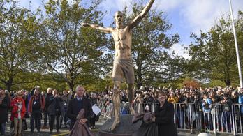 Megpróbálták elfűrészelni az Ibrahimovic-szobor lábát