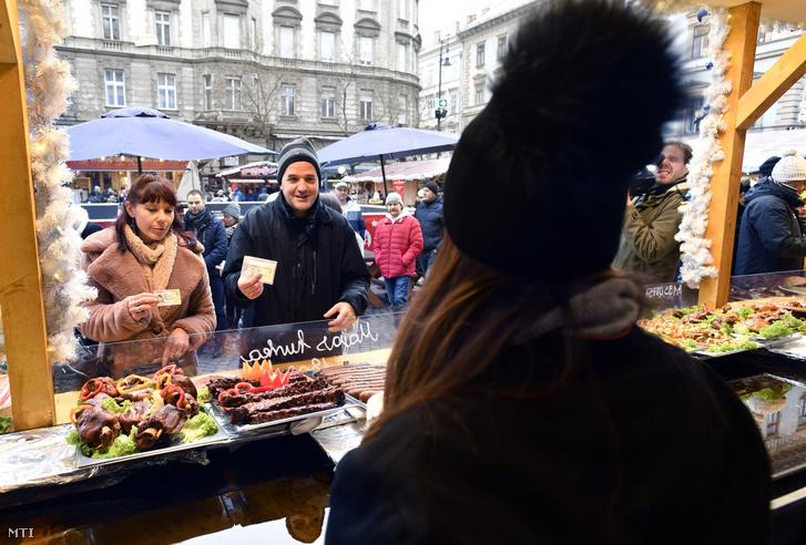Fogyasztóvédelmi ellenőrök igazolják magukat egy árusnál 2019. december 10-én a budapesti Szent István-bazilika előtti karácsonyi vásárban.