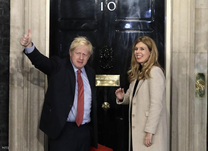 Boris Johnson élettársa Carrie Symonds társaságában visszatér a londoni kormányfői rezidenciára 2019. december 13-án