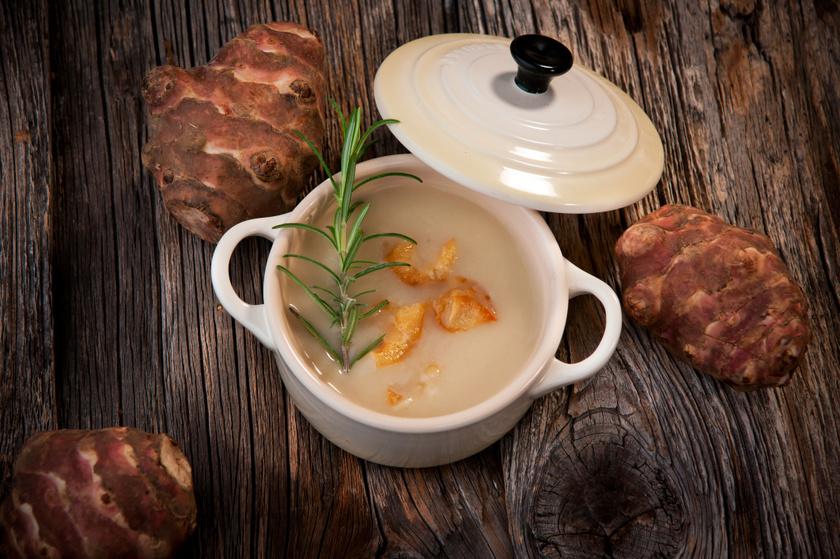 A csicsóka remek alapja a krémlevesnek, hagymával, tejszínnel megbolondítva isteni. A legjobban a szívvédő hatású rozmaring illik hozzá fűszerként.