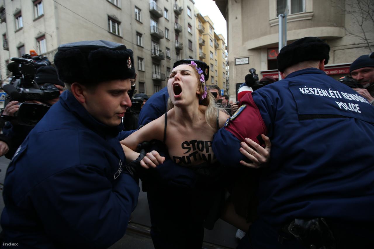 Vlagyimir Putyin orosz elnök magyarországi látogatásai egyre rutinszerűbbek, volt olyan év, amikor háromszor is Budapestre látogatott. Az orosz elnököt és az által képviselt politikát nem mindenhol övezi nagy népszerűség, ezért idehaza a konvoj útvonala mentén hermetikusan elzárják a tiltakozókat. Oroszország elmúlt évtizedét folyamatos  agresszív nyomulás és befolyásszerzésre való törekvés jellemzi. Ennek a stratégiának egyik hídfője Magyarország.