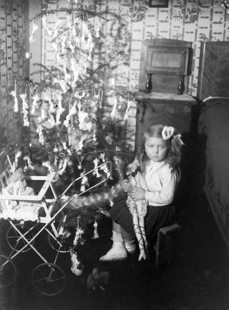 """""""A Vámház mellett Budapesten a villamos fény az év semmi időszakában így nem ragyog a boltok előtt, a roppant üvegtáblák mögött, bent a boltban"""