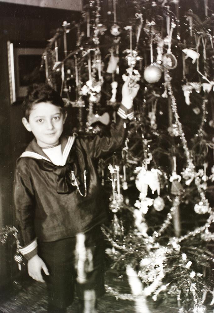 Magyarországon az első karácsonyfát 1820-ban állították, de az alföldi városokban a század végéig, a sűrű vasúti hálózat kiépüléséig nem volt jellemző a karácsonyfaállítás.
