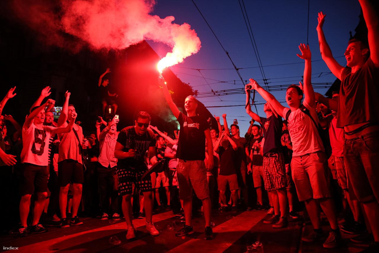A magyar labdarúgó-válogatott 34 évnyi sikertelenség után kijutott a franciaországi Európa-bajnokságra. A több évtizede nem tapasztalt focisiker tovább folytatódott a tornán, ahol először az osztrák válogatottat sikerült 2-0-ra legyőzni. A magyar szurkolók az utcára csődültek, több tízezren ünnepeltek késő éjszakáig a fővárosban, ahol a tömeg miatt még a villamosok is leálltak. A magyar csapat ezután két döntetlent játszott, előbb Izlanddal majd Portugáliával, végül a nyolcaddöntőben Belgium ellen kiesett.