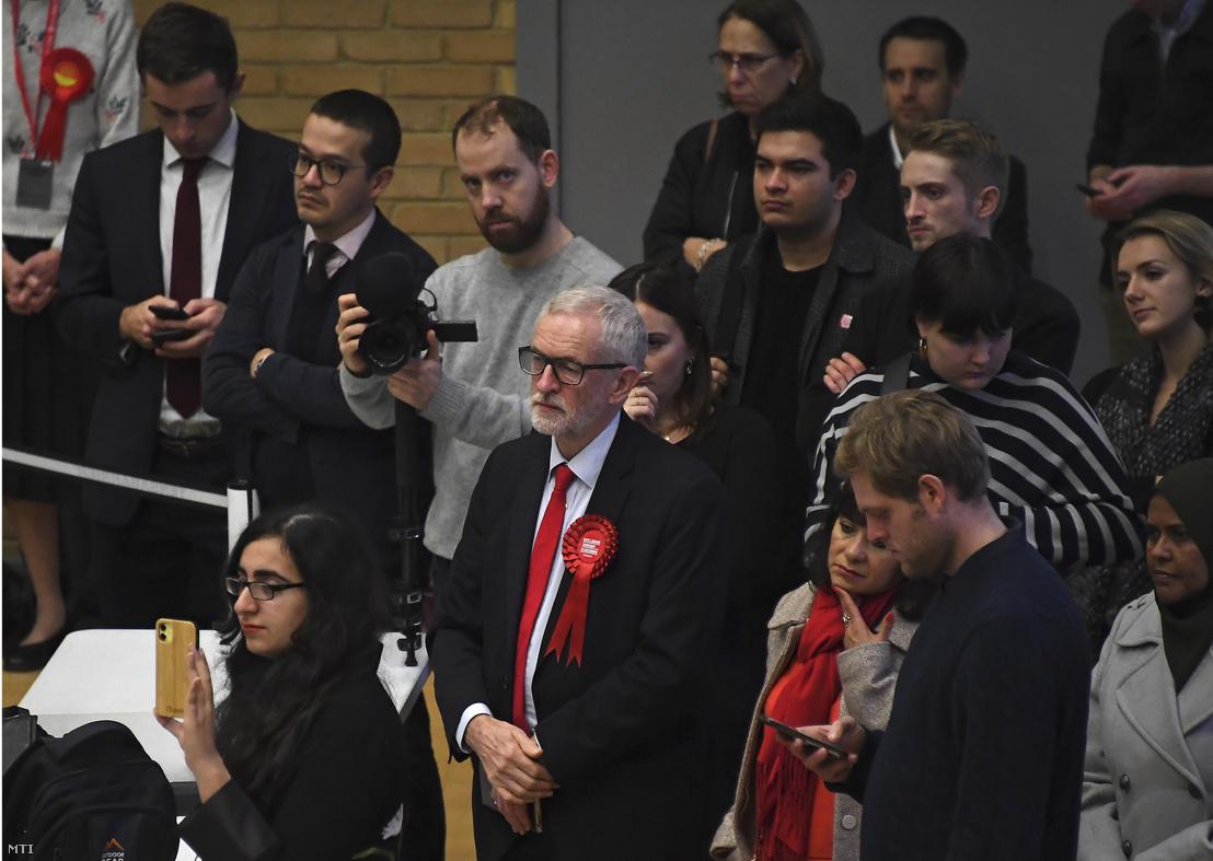 Jeremy Corbyn az ellenzéki brit Munkáspárt vezére az eredményre vár londoni választókerületében 2019. december 13-án