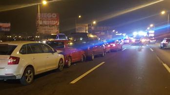 Tizenegy autó ütközött az M7-es kivezetőjénél, nagy a torlódás