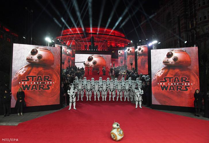 A Csillagok háborúja: Az ébredő Erő című filmben bemutatkozó BB-8 nevű droid a Csillagok háborúja VIII: Az utolsó Jedik (Star Wars: The Last Jedi) című filmjük londoni premierjére 2017. december 12-én.