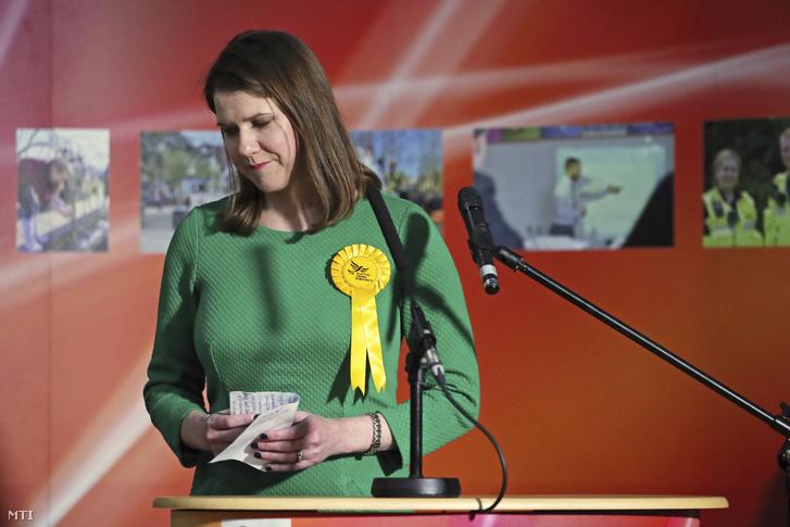 Jo Swinson a brit ellenzéki Liberális Demokraták vezére skóciai választókerületében Bishopbriggsben 2019. december 13-án