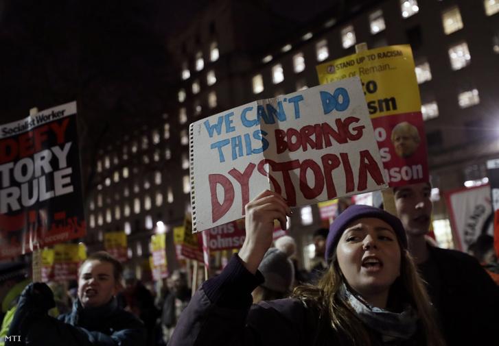 Nem választhatjuk ezt az unalmas disztópiát jelentésű transzparenst tart egy nõ a Boris Johnson konzervatív párti brit miniszterelnök politikáját ellenző tüntetésen Londonban 2019. december 13-án